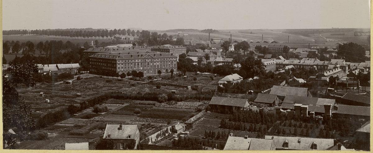La photographie montre un panorama du Familistère vu de l'ouest