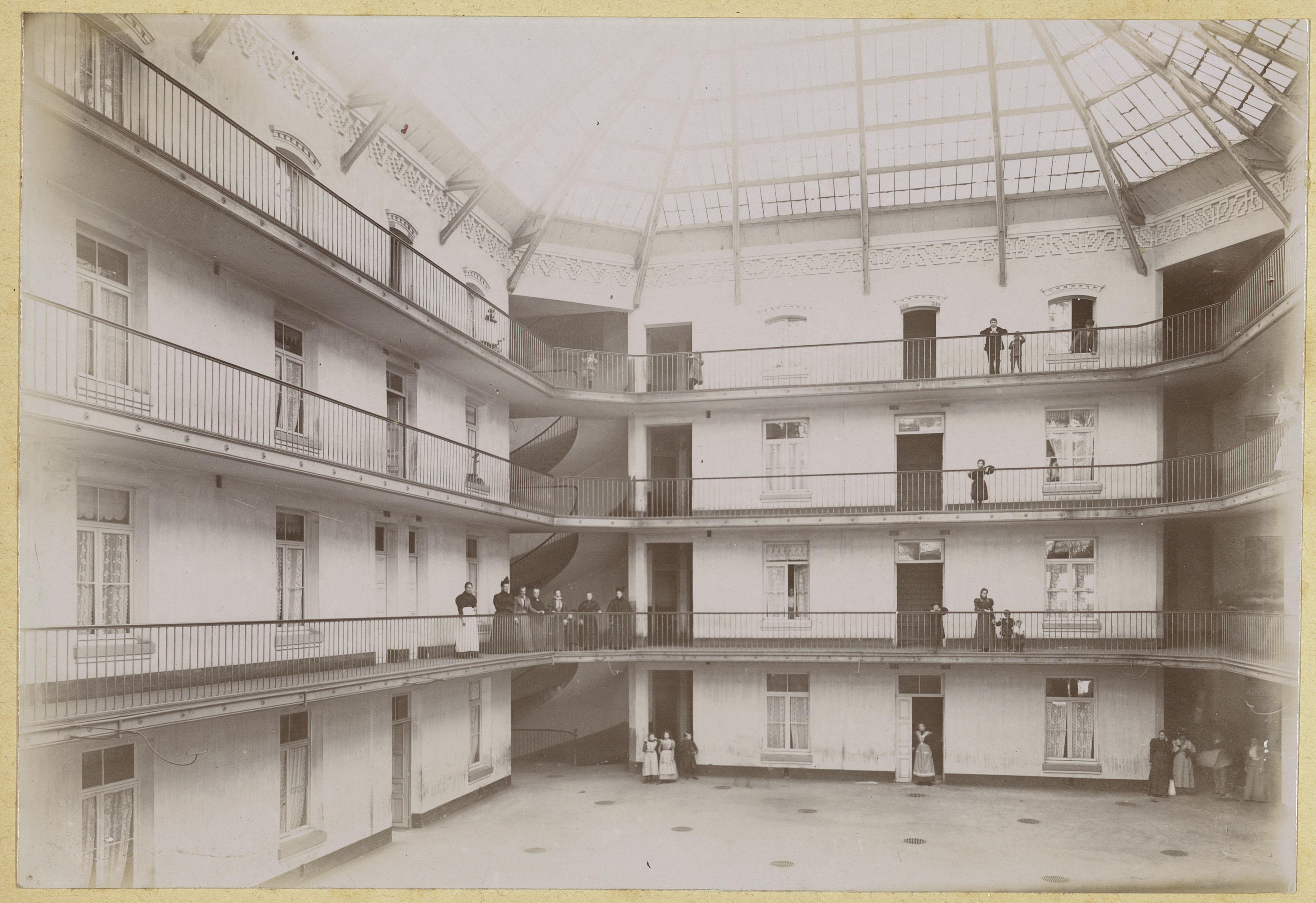 La photographie représente l'intérieur de la cour de l'aile droite du Familistèr
