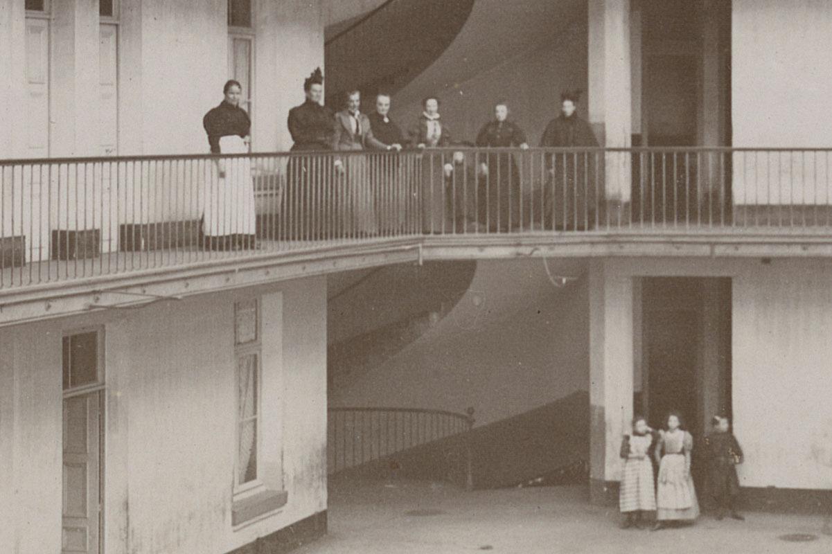 Détail de la photographie montrant la cour de l'aile droite.