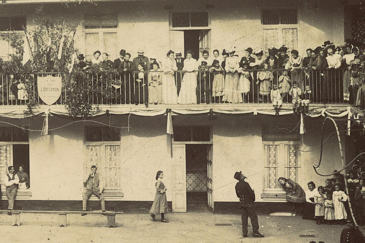 Détail de la photographie montrant un bal dans la cour du pavillon central.