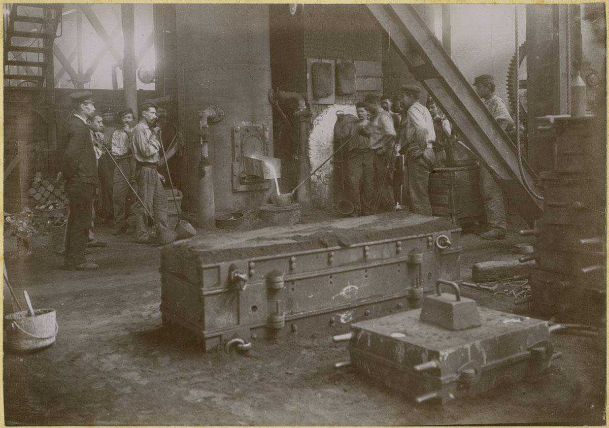 La photographie montre une coulée de fonte dans la fonderie