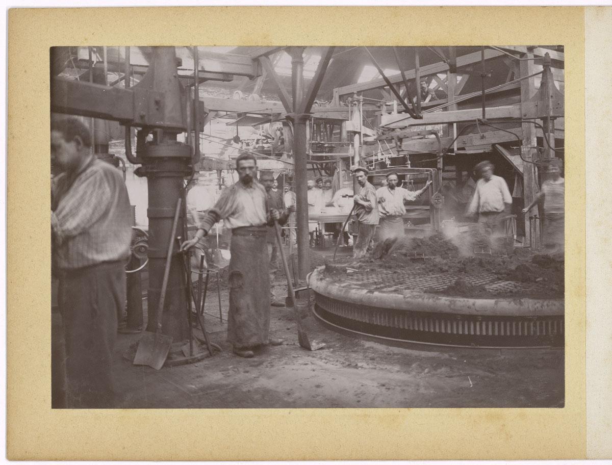 La photographie montre l'atelier de moulage mécanique de l'usine du Familistère