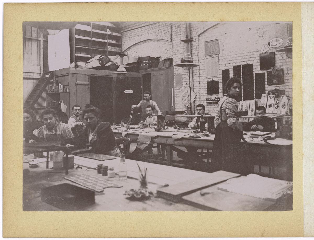 La photographie montre l'atelier de décoration sur émail.