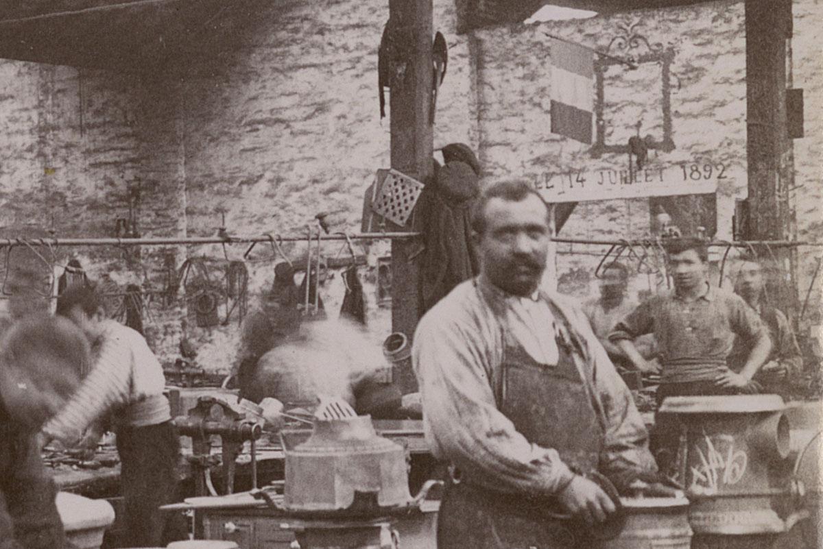Détail de la photographie montrant des monteurs dans l'usine du Familistère