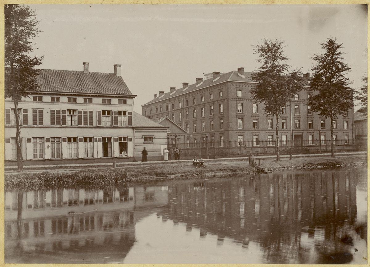 La photographie montre le Familistère de Laeken au bord du canal de Willebroek