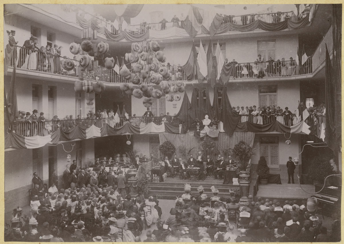 La photographie montre la cérémonie dans la cour du Familistère de Laeken