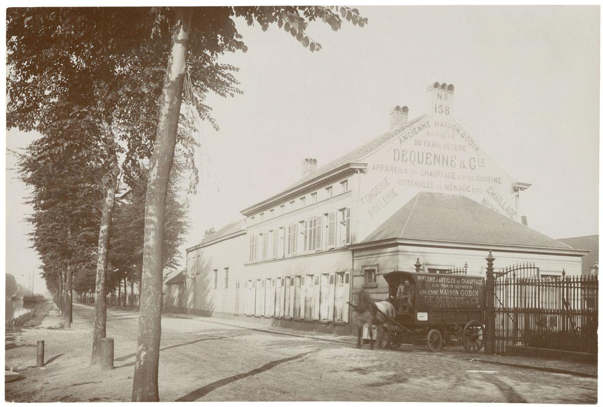 La photographie montre une voiture à cheval de livraison sortant de l'usine du F