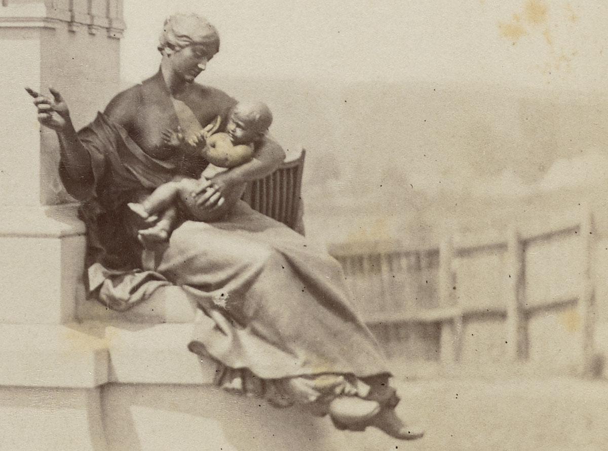 Détail de la photographie du mausolée de Godin.