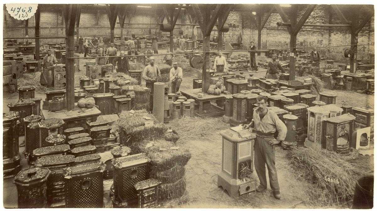 La photographie montre l'intérieur de l'atelier d'emballage.