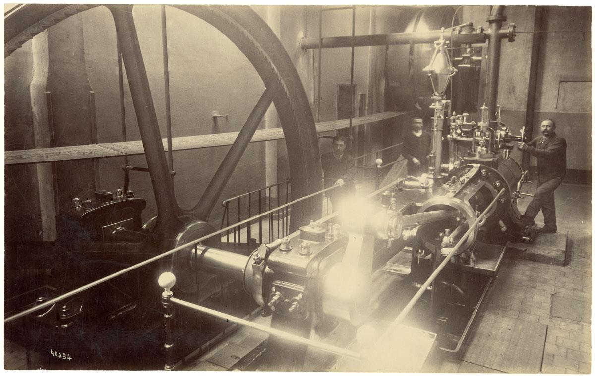 La photographie représente une machine à vapeur