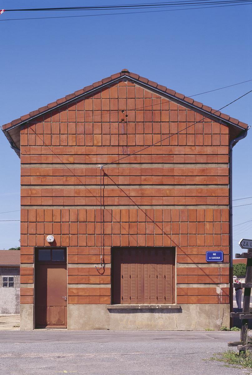 La photographie est une vue frontale d'une construction en brique