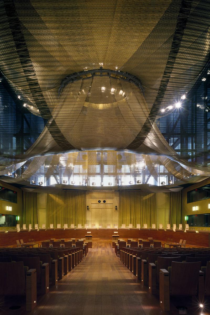 La photographie montre la salle du tribunal de la cour de justice de l'Union eur