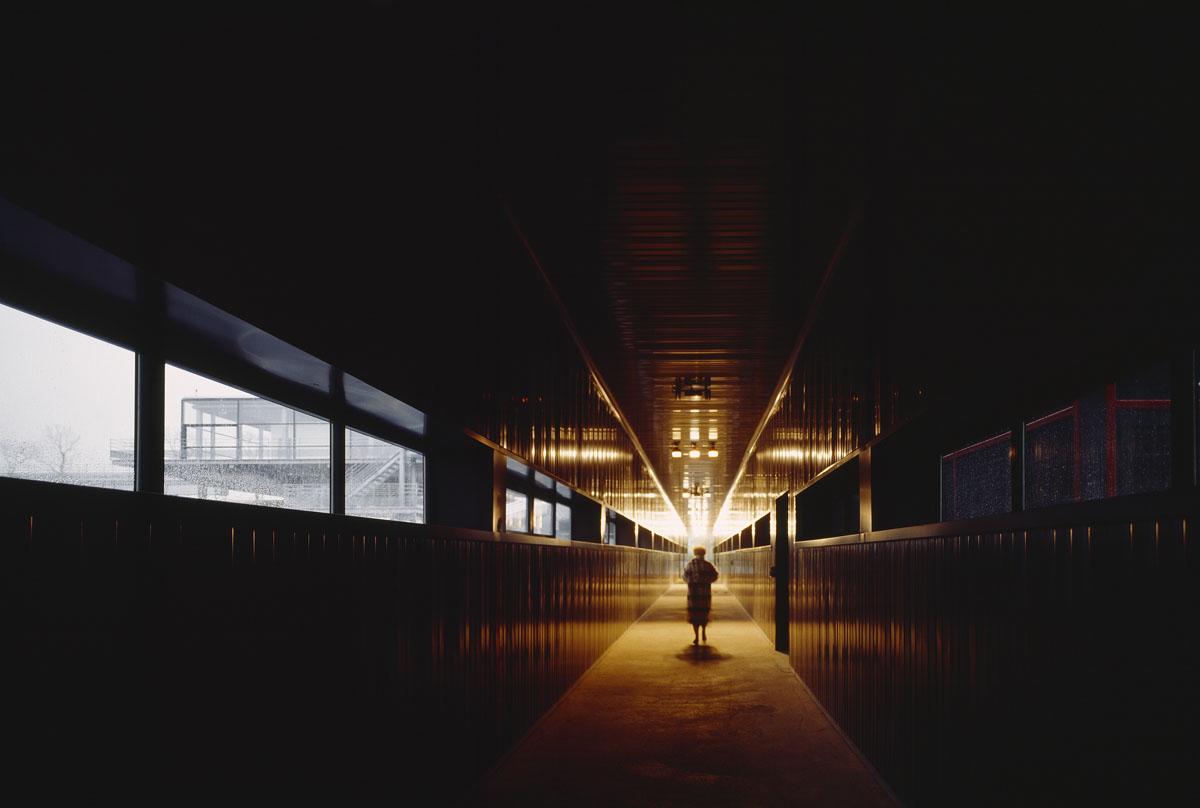 La photographie montre une personne marchant dans un couloir