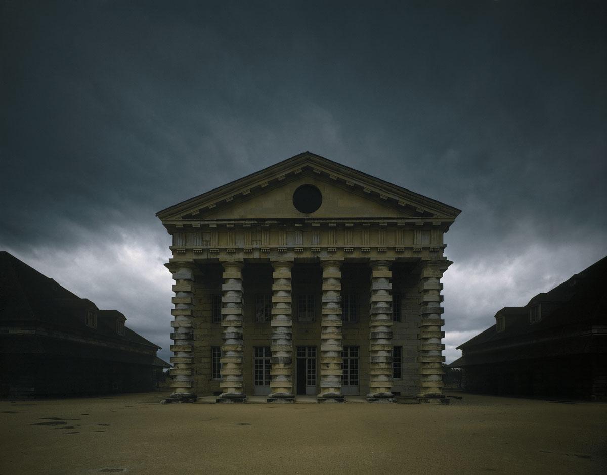 La photographie montre la façade de la maison du directeur de la Saline royale.