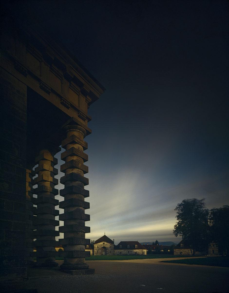 La photographie montre la colonnade de la maison du durecteur de la saline à la
