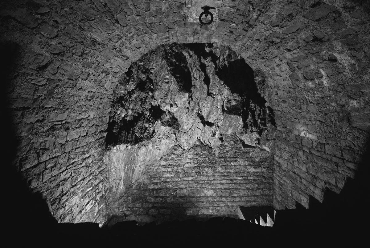 La photographie montre un escalier descendant dans un souterrain aménagé dans la
