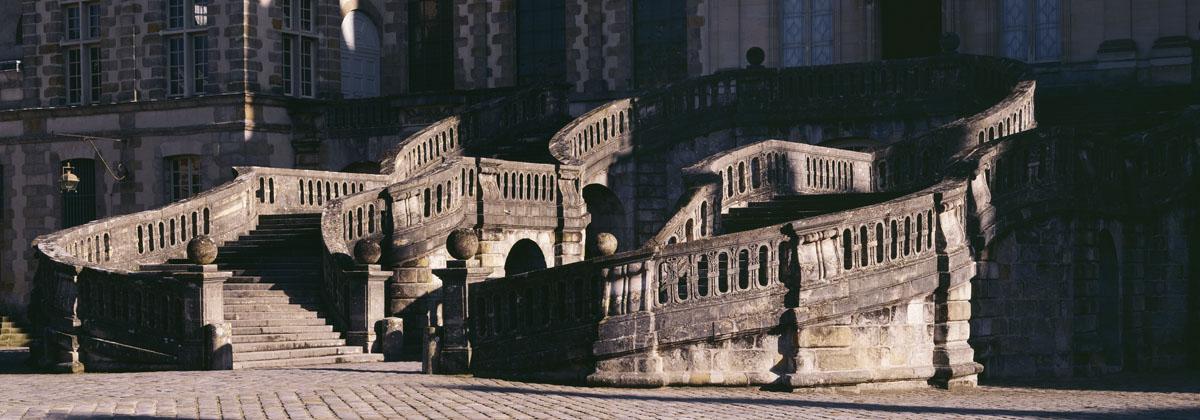 La photographie montre les courbes de l'escalier en fer à cheval de Fontaineblea