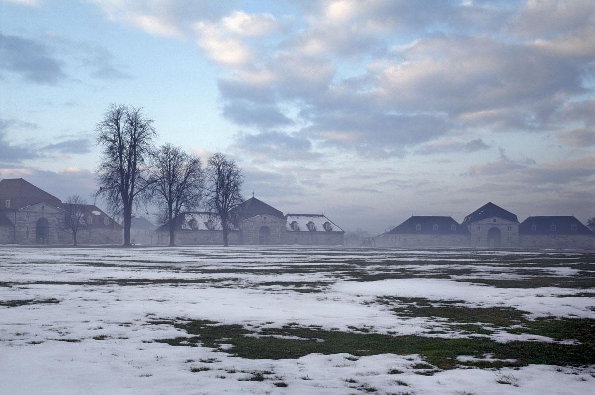 La photographie est une vue extérieure de la saline enneigée.