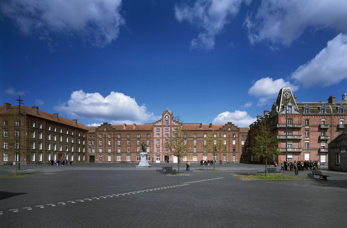La photographie montre la place et le Palais social du Familistère.