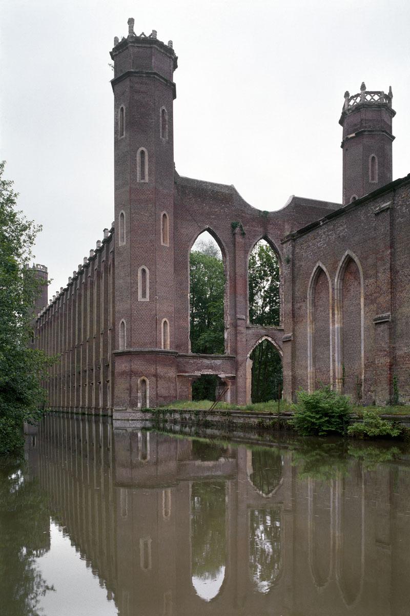 La photographie montre un édifice néo-gothique en ruines.