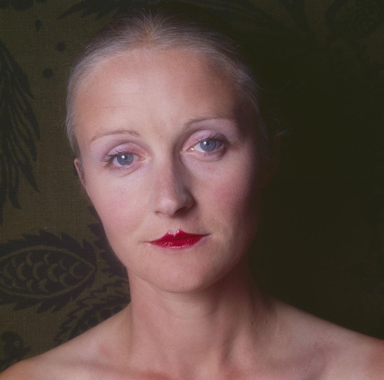 La photographie montre la tête d'une femme aux yeux ouverts.