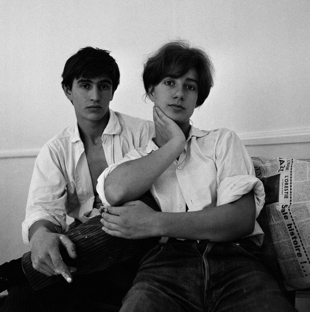 La photographie montre un jeune couple en chemises blanches.