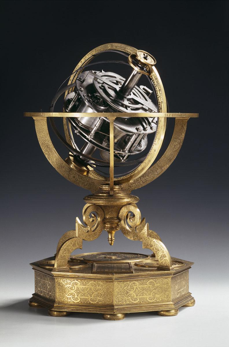 La photographie montre le mécanisme d'horlogerie d'un globe céleste.