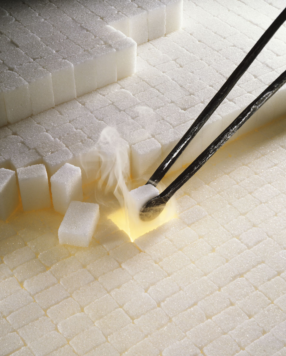 La photographie est une mise en scène de morceaux de sucre blanc.