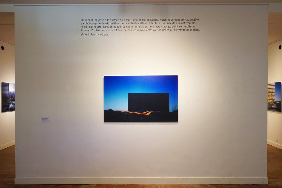 La photographie montre une cimaise avec la photographie d'Onyx.