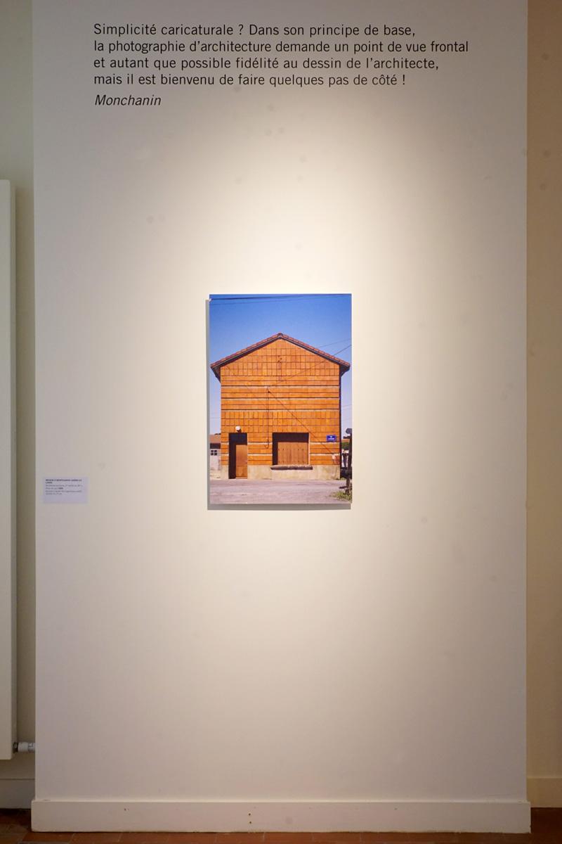 La photographie montre une cimaise avec la photographie de Montchanin.