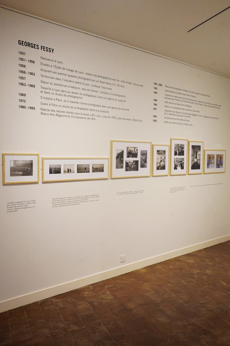 La photographie est une vue de la salle biographique de l'exposition.
