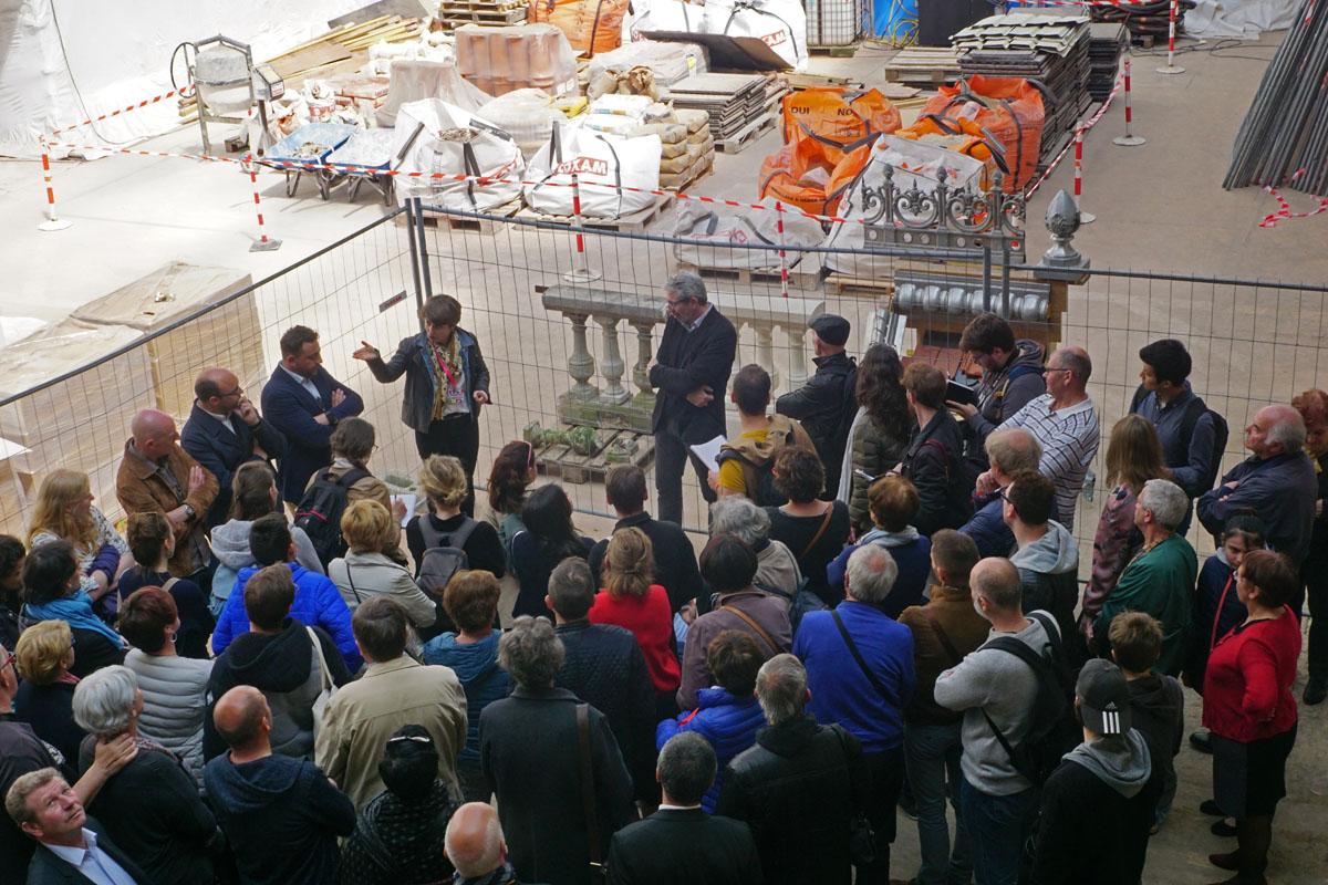Charlotte Hubert fait visiter le chantier de l'aile gauche au public.