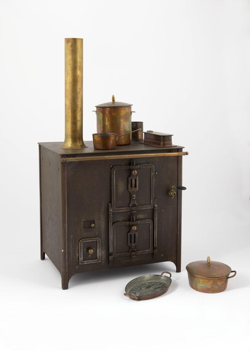 La photographie montre la cuisinière jouet de trois-quarts face