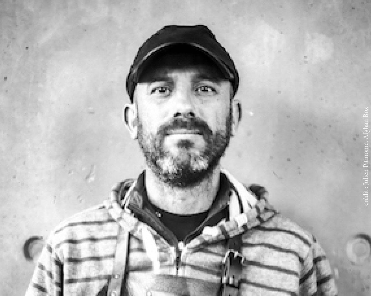 Portrait en buste d'un homme barbu à casquette
