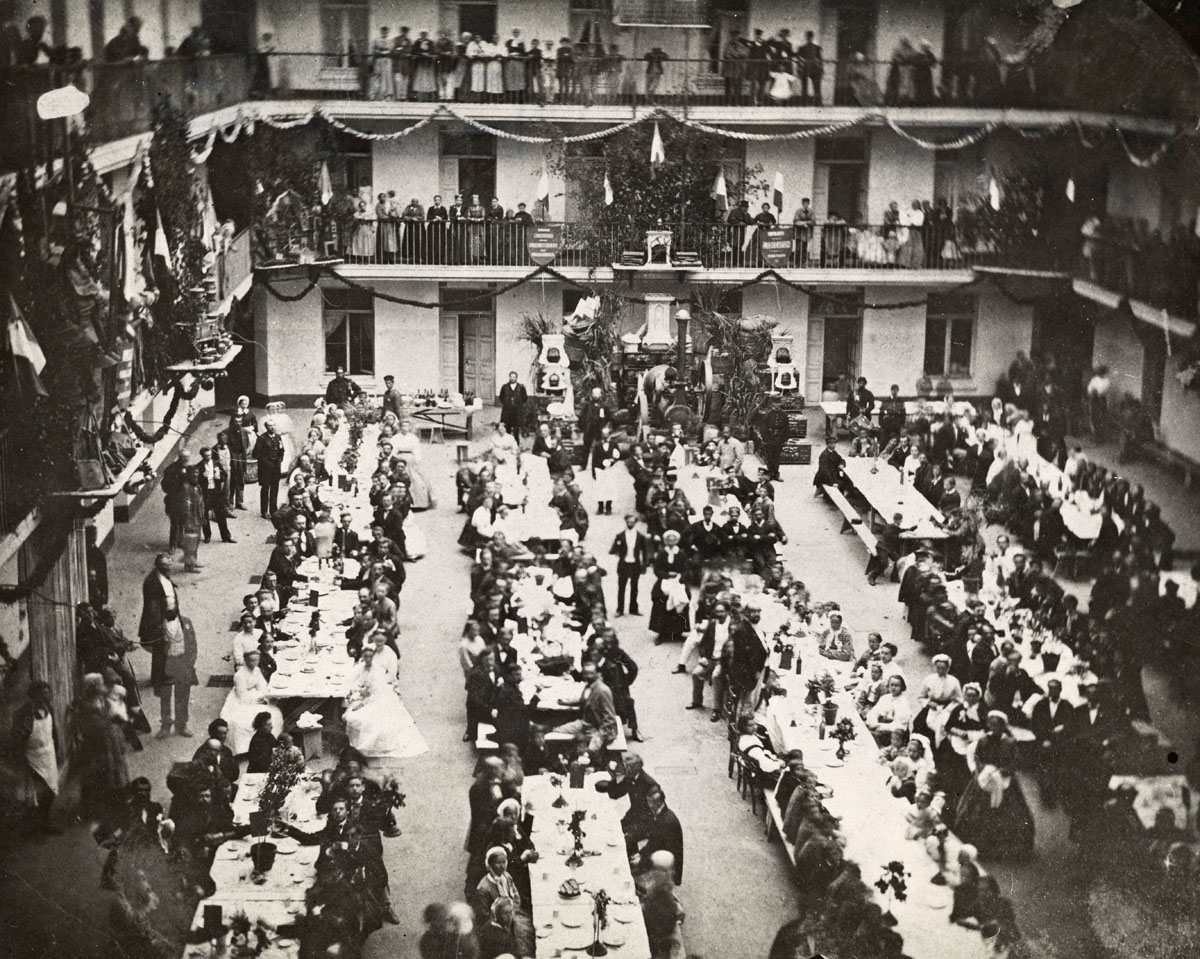 La photographie montre un grand banquet dans la cour du pavillon central