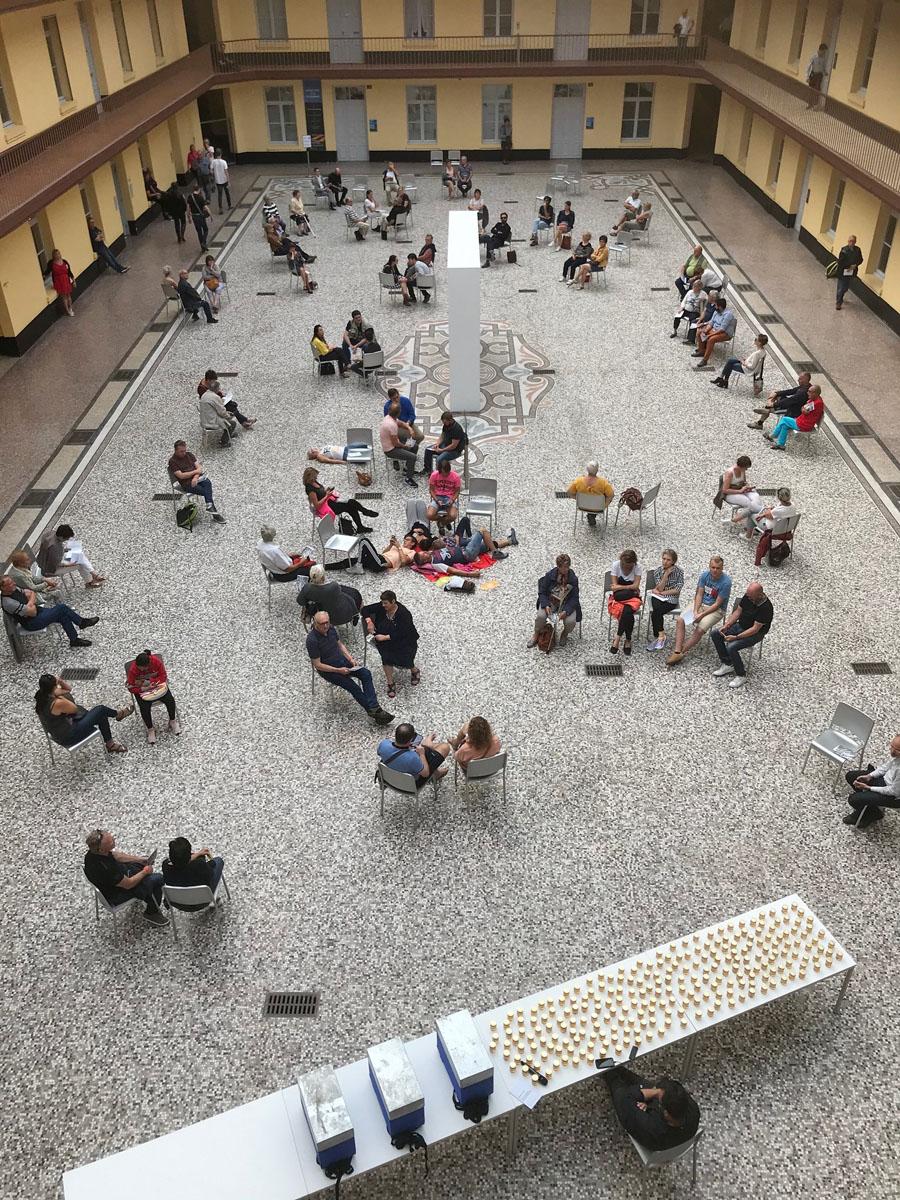 La photographie est une vue de la cour du pavillon central.