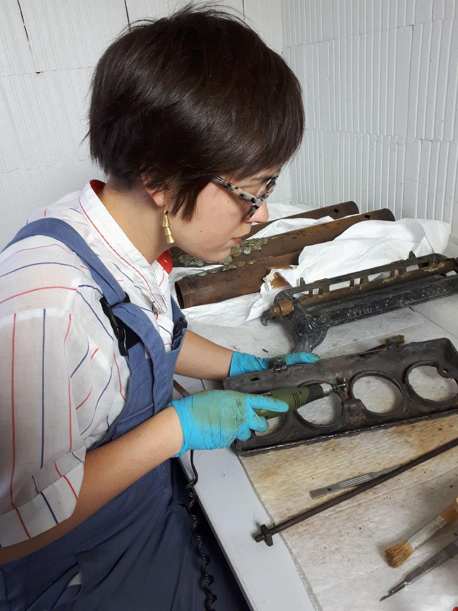 Retrait des produits de corrosion du fer sur le socle du radiateur Godin