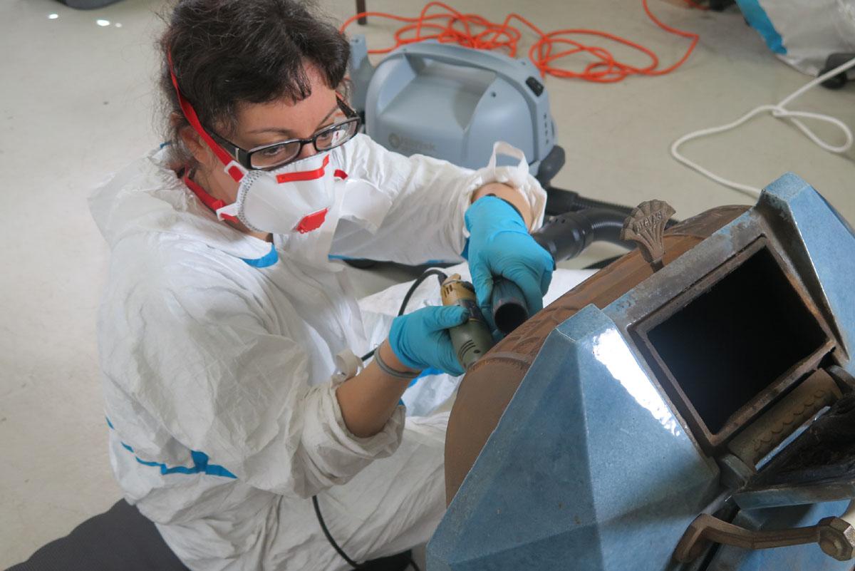 Dégagement des produits de corrosion du fer au dos d'une cheminée