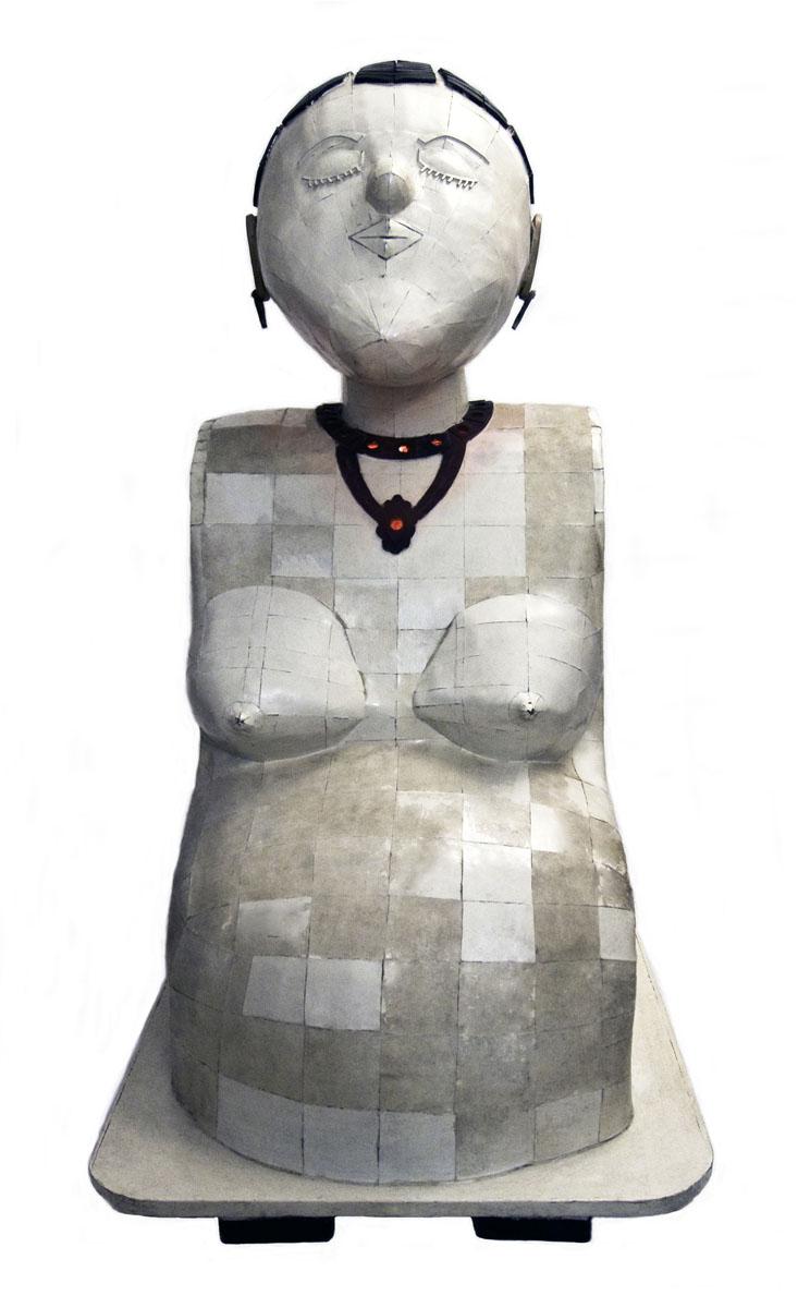 Vue de face d'une sculpture de femme enceinte