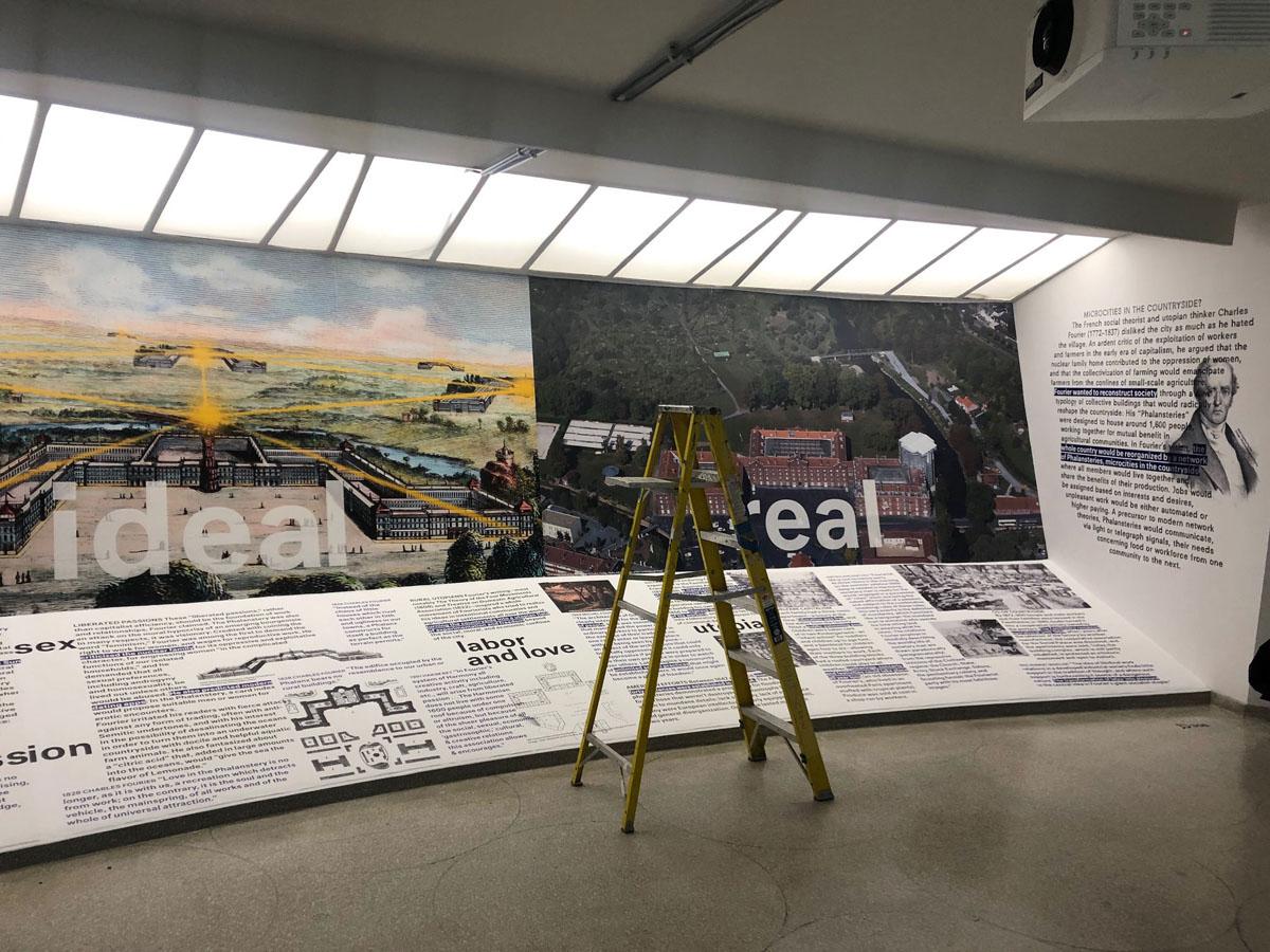 Vue de l'installation d'une exposition temporaire.