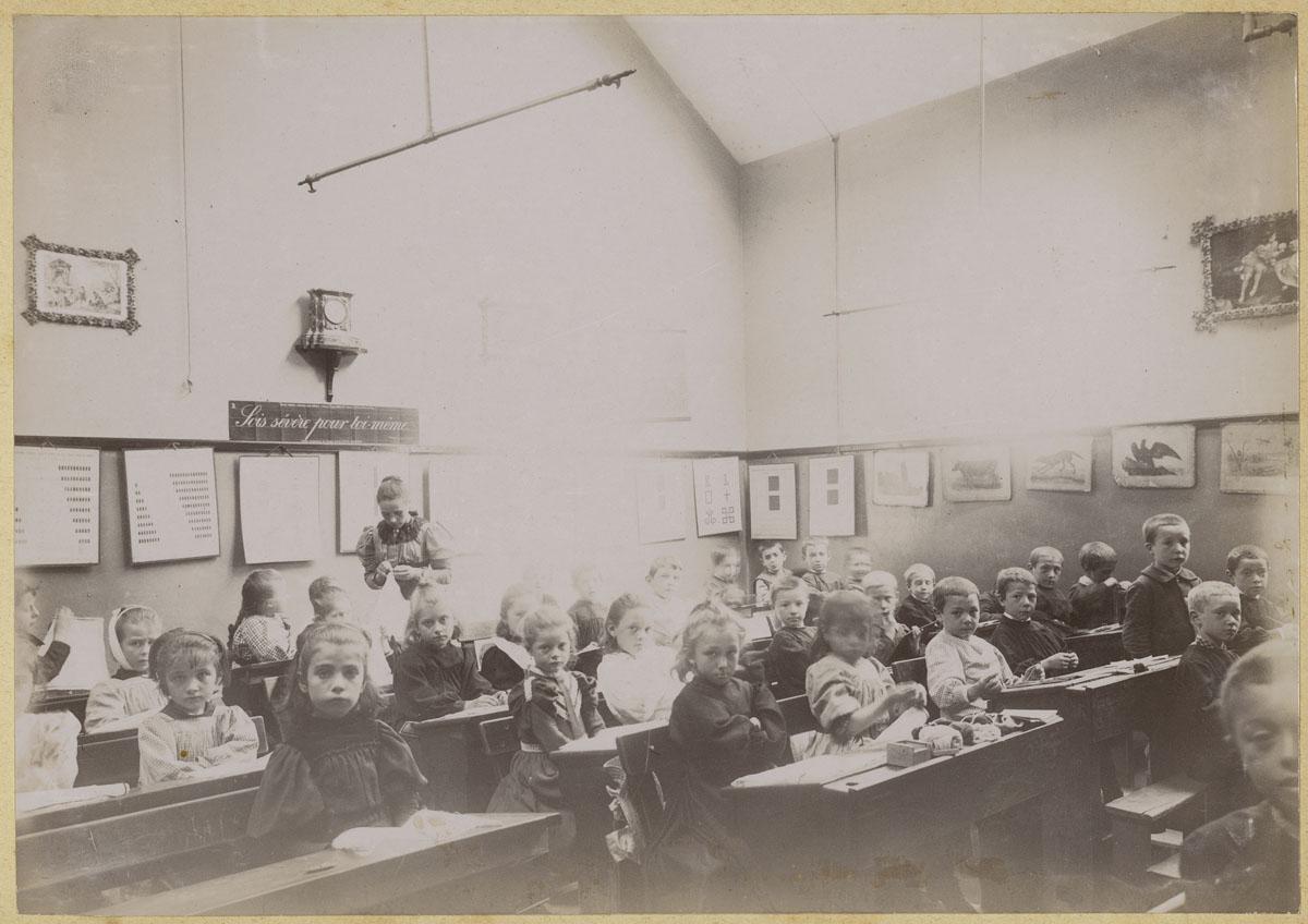 Vue intérieure d'une classe d'école du Familistère