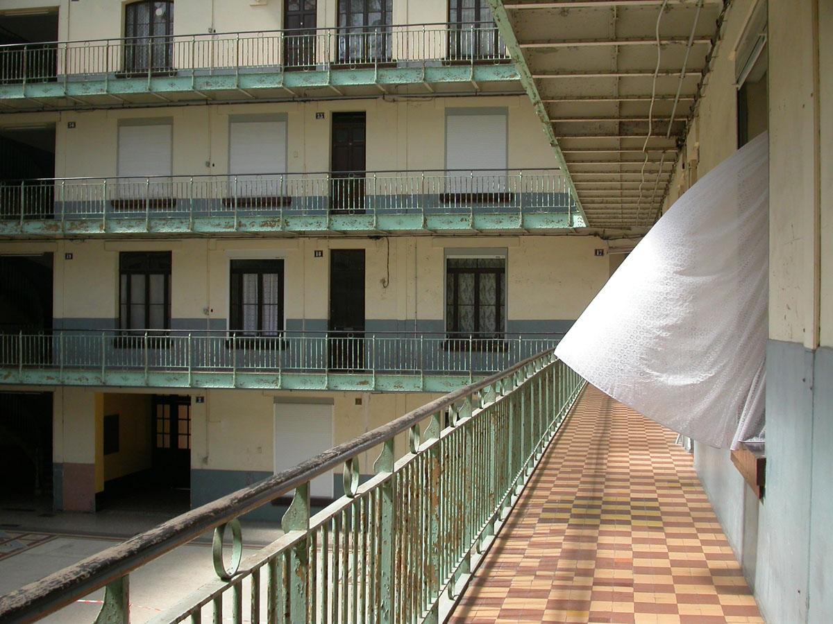 Vue du rideau d'un appartement gonflé par le vent