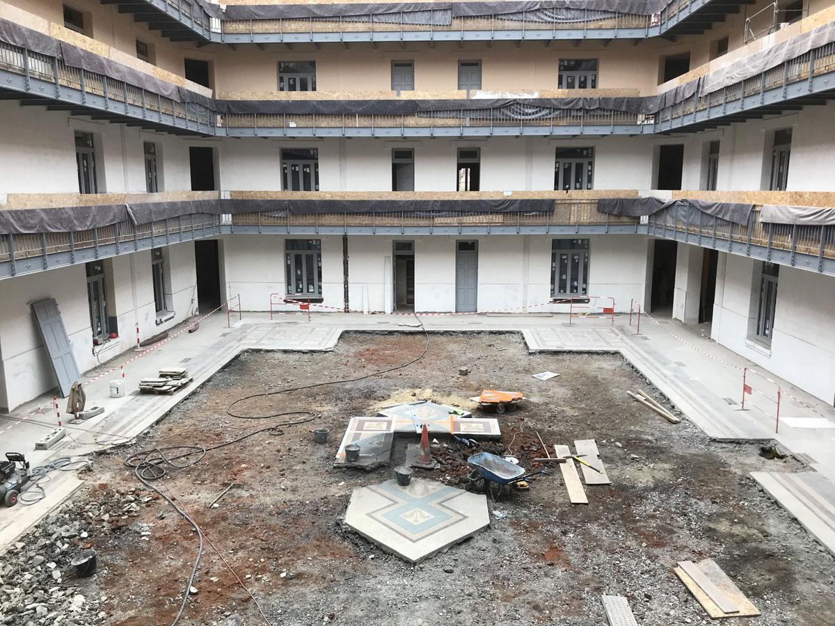 Vue du chantier dans la cour.