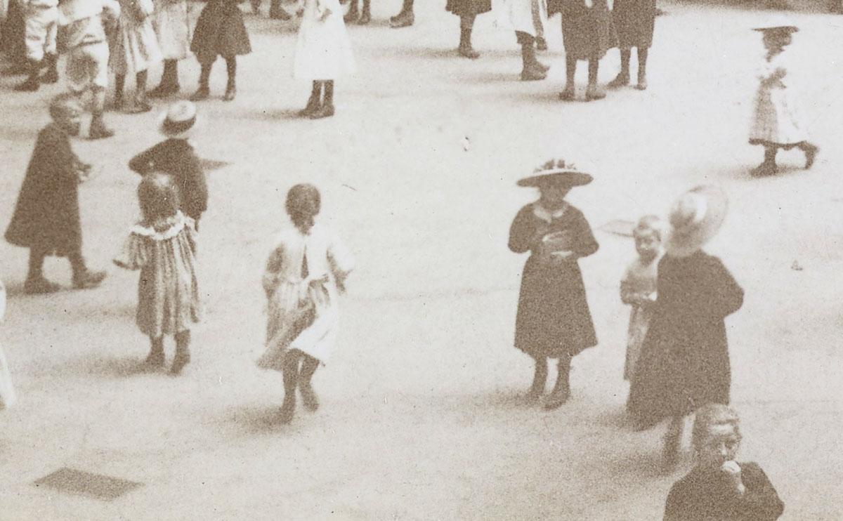 Enfants dans la cour du pavillon central