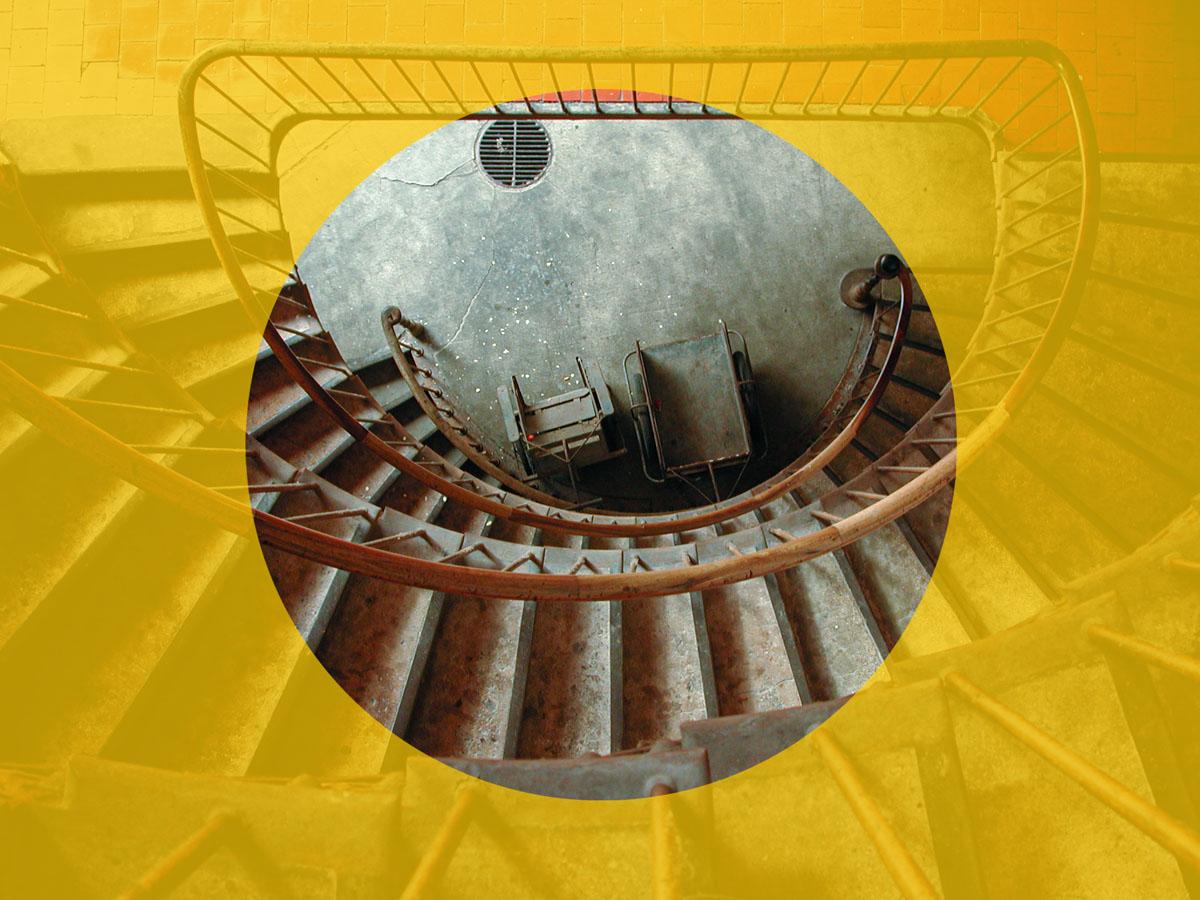 Vue d'un cercle jaune tracé sur une photographie d'escalier