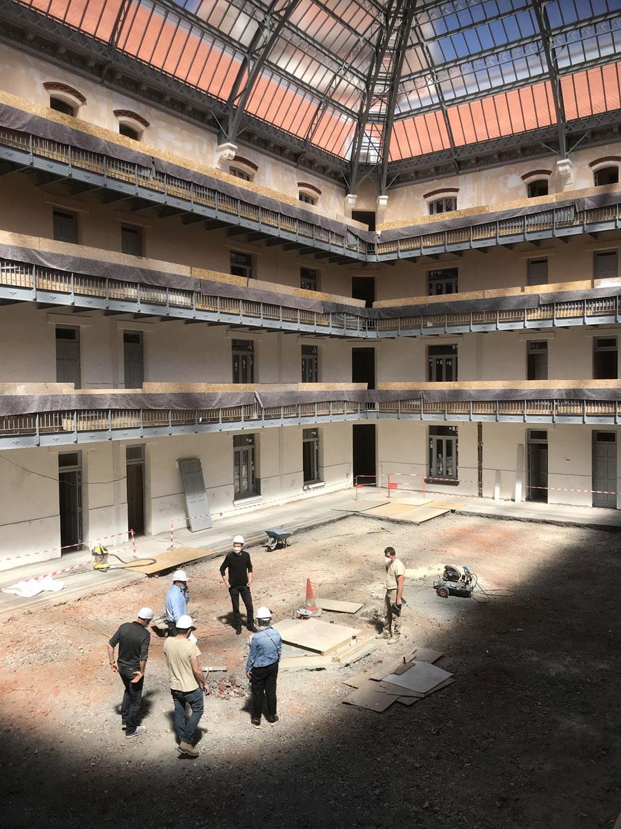 Vue du chantier de la cour intérieure de l'aile gauche du Palais social