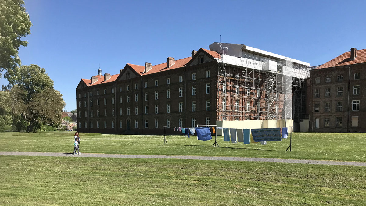 Vue extérieure de l'aile ouest du pavillon central avec échafaudage.