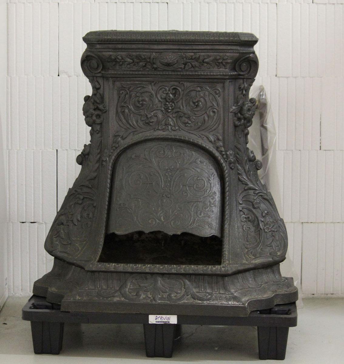 Vue de face de la cheminée n° 19 qui présente un riche décor