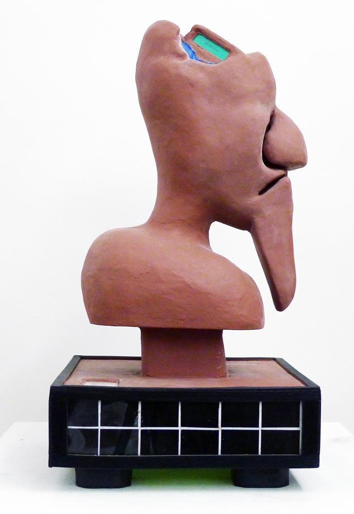 Vue de profil de la sculpture Le Cerveau Bleu.