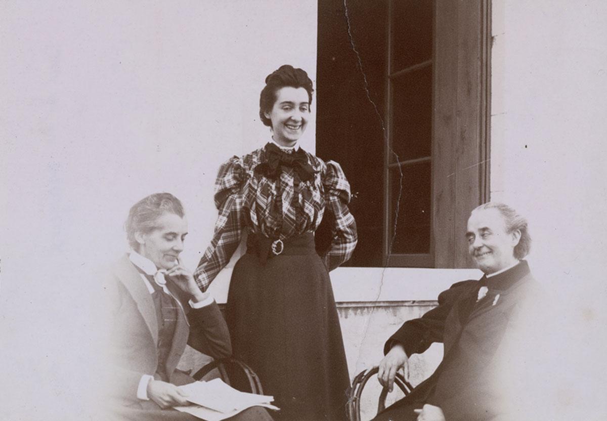 Un groupe de trois femmes à l'extérieur